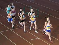 Las muchachas no identificadas corren la carrera de la carrera de obstáculos de 2.000 M. Imágenes de archivo libres de regalías