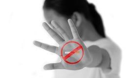Las muchachas no les gusta fumar símbolo en un fondo blanco Imagen de archivo