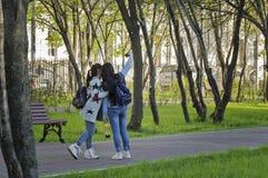 Las muchachas que hacen el selfie en los Guerrero-ganadores parquean en la vecindad de Lefortovo de la ciudad de Moscú Imagen de archivo