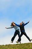 Las muchachas que saltan con alegría Imágenes de archivo libres de regalías