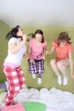 Las muchachas que saltan en cama Fotografía de archivo libre de regalías