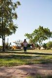 Las muchachas que saltan en campo herboso en el patio Fotografía de archivo