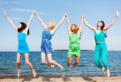 Las muchachas que saltan en la playa Fotos de archivo libres de regalías