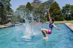Las muchachas que saltan la piscina de la piscina Fotos de archivo libres de regalías