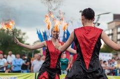 Las muchachas realizaron una danza con las antorchas ardientes Fotografía de archivo libre de regalías