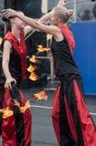 Las muchachas realizaron una danza con las antorchas ardientes, Foto de archivo
