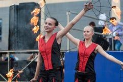 Las muchachas realizaron una danza con las antorchas ardientes, Foto de archivo libre de regalías