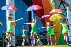 Las muchachas realizaron una danza con los paraguas Imagen de archivo