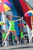 Las muchachas realizaron una danza con los paraguas Imagenes de archivo