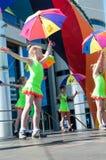 Las muchachas realizaron una danza con los paraguas Imágenes de archivo libres de regalías