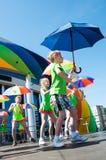 Las muchachas realizaron una danza con los paraguas Imagen de archivo libre de regalías