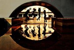 Las muchachas saltan para arriba debajo del puente Imagen de archivo
