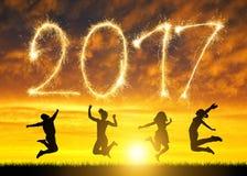Las muchachas saltan para arriba en conmemoración del Año Nuevo 2017 Foto de archivo libre de regalías