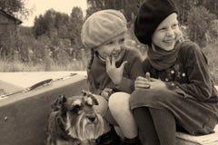Las muchachas se dicen secretos Imagen de archivo libre de regalías