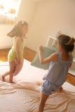 Las muchachas se están divirtiendo en la cama Fotografía de archivo libre de regalías