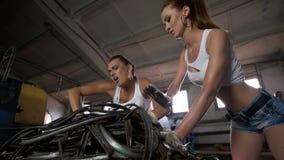 Las muchachas se preparan para empaquetar en los alambres de la fábrica almacen de metraje de vídeo