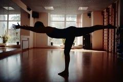 Las muchachas siluetean en gimnasio de la yoga Foto de archivo libre de regalías