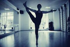 Las muchachas siluetean en gimnasio de la yoga Imágenes de archivo libres de regalías