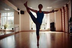 Las muchachas siluetean en gimnasio de la yoga Fotos de archivo