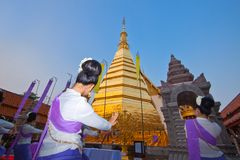 Las muchachas son baile local para la ceremonia en Buddhism Imagen de archivo