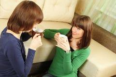 Las muchachas sonrientes tienen té Foto de archivo libre de regalías