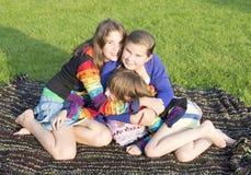 Las muchachas tienen un resto en una hierba. Imagenes de archivo