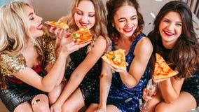 Las muchachas van de fiesta a mejores amigos de la diversión de la pizza de la lugar frecuentada imagenes de archivo