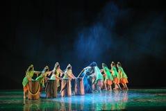 Las muchachas y el tirón de Hércules - de - guerra - el drama de la danza la leyenda de los héroes del cóndor Fotografía de archivo libre de regalías