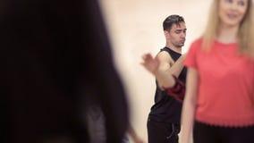 Las muchachas y los individuos de Youn están entrenando para bailar en el ensayo de la danza almacen de video