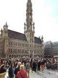 Las muchedumbres de gente acercan ayuntamiento en la ciudad Bruselas Imagen de archivo libre de regalías