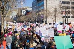 Las muchedumbres de llevar de la gente cantan resultado para el ` s marzo de las mujeres; Imagen de archivo
