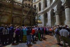 Las muchedumbres en la iglesia del santo entierran Fotos de archivo