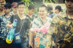 Las muchedumbres están jugando el agua del chapoteo el día de Songkran de Tailandia Foto de archivo libre de regalías