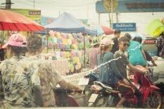 Las muchedumbres están jugando el agua del chapoteo el día de Songkran de Tailandia Fotografía de archivo libre de regalías