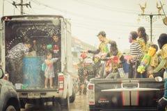 Las muchedumbres están jugando el agua del chapoteo el día de Songkran de Tailandia Imagen de archivo libre de regalías