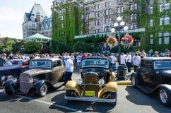 Las muchedumbres examinan los coches del vintage durante días del noroeste del empate Foto de archivo