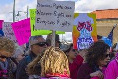 Las muchedumbres que se levantan para el ` s de las mujeres enderezan por todas partes Foto de archivo libre de regalías