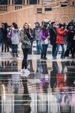 Las muchedumbres recolectan en la Plaza de San Marcos para Mardi Gras, Venecia Imágenes de archivo libres de regalías