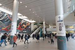 Las muchedumbres se apresuran en la estación de Tokio Shibuya en Japón imagen de archivo libre de regalías