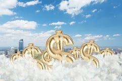 Las muestras de dólar de oro están volando en las nubes sobre el Central Park foto de archivo libre de regalías