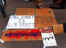 Las muestras de la protesta para ocupan Wall Street. Fotografía de archivo libre de regalías
