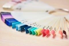 Las muestras de verano colorean al esmalte de uñas Foto de archivo