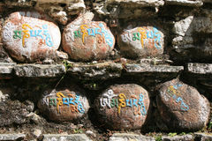 Las muestras tibetanas se graban en piedras en Bhután Imagen de archivo