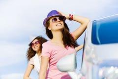 Las mujeres acercan al coche Fotos de archivo
