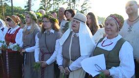 Las mujeres agrupan con nacional cantan la canción popular almacen de video