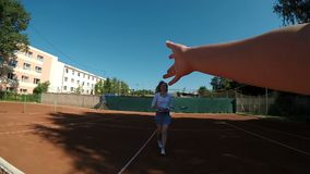 Las mujeres alegres jovenes de Point of View sacuden las manos después de que partido del tenis en la cámara lenta almacen de metraje de vídeo