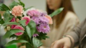 Las mujeres aprenden hacer diseño floral bajo la orientación de un profesional Un grupo de mujeres jovenes en la clase de almacen de metraje de vídeo