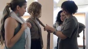 Las mujeres aprenden maneras de la estupendo-elegancia de llevar un pañuelo para el cuello del experto almacen de metraje de vídeo