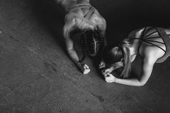 Las mujeres aptas que hacen el tablón ejercitan entrenamiento del deporte de la aptitud de la visión superior foto de archivo libre de regalías
