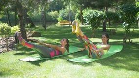 Las mujeres aptas que hacen el v-up crujen el ab que entona ejercicio metrajes